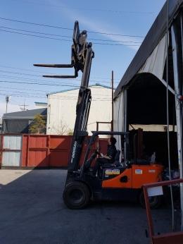두산 2016년 4.5톤 3단 4.7m 힌지드 지게차